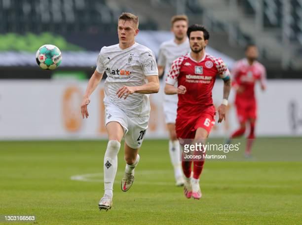 Matthias Ginter of Borussia Moenchengladbach chases down the ball during the Bundesliga match between Borussia Moenchengladbach and 1. FSV Mainz 05...