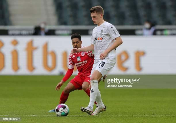 Matthias Ginter of Borussia Moenchengladbach controls the ball whilst under pressure from Phillipp Mwene of 1. FSV Mainz 05 during the Bundesliga...