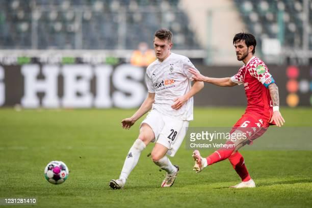 Matthias Ginter of Borussia Moenchengladbach in action during the Bundesliga match between Borussia Moenchengladbach and 1. FSV Mainz 05 at...