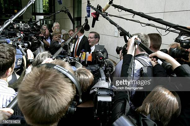 GERMANY BERLIN Matthias PLATZECK MinisterPresident of Brandenburg surrounded of cameras and a group of journalists