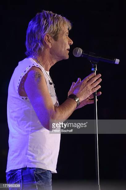 Matthias Reim Auftritt während Die große NDR 1 Niedersachsen Starparade ÖVB Arena Bremen Deutschland Europa Bühne Mikro singen Tätowierung Oberarm...