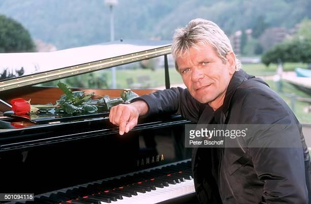 Matthias Reim Fotoshooting um 2001 Deutschland Europa Anzug lächeln kurze Haare Flügel Klavier Musikinstrument Rose Sänger Promi RW SC PNr 1489/2010...