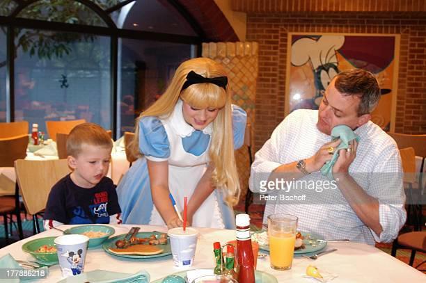 Matthias Steffens Ehemann von J u l i a B i e d e r m a n n Sohn Julius DisneyMitarbeiter verkleidet als DisneyFigur Alice im Wunderland Frühstück im...