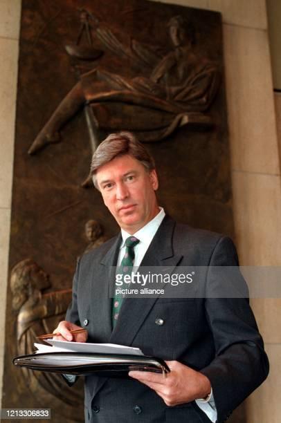 Matthias von Debschitz, der 1. Vorsitzende der Interessengemeinschaft der MP Travel Line-Geschädigten e.V., verläßt nach dem Urteilsspruch am...