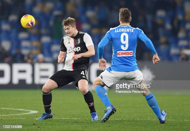 Matthijs de Ligt of Juventus vies for the ball with Fernando Llorente of SSC Napoli during the Serie A match between SSC Napoli and Juventus at...