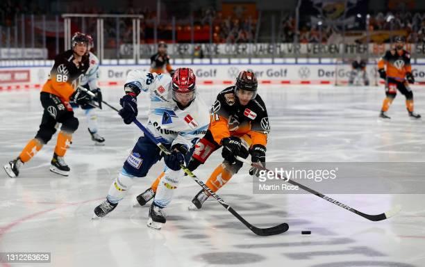 Matti Jarvinen of Grizzlys Wolfsburg challenges Benjamin Marshall of ERC Ingolstadt during the Deutsche Eishockey Liga DEL match between Grizzlys...