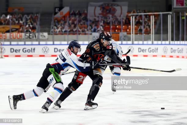 Matti Järvinen of Grizzlys Wolfsburg challenges Stephan Daschner of Straubing Tigers during the Deutsche Eishockey Liga DEL match between Grizzlys...
