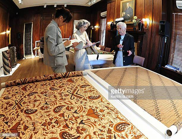 MONTET 'LIFESTYLEARTTEXTILEOBAMA' Mattiebelle Gittinger research associate at the Textile Museum explains to reporters a batik patterned textile one...