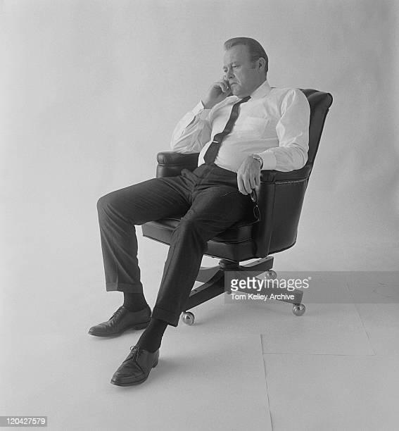 中年の男性のオフィスチェアに座ってホワイト backgroun - 1967年 ストックフォトと画像