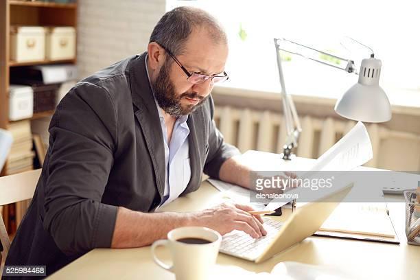 Homme adulte Mature travaillant au bureau