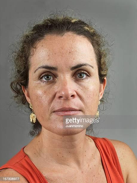 mature adult woman - alleen één oudere vrouw stockfoto's en -beelden