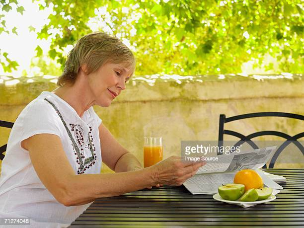 Adulte d'âge mûr femme lisant à l'extérieur