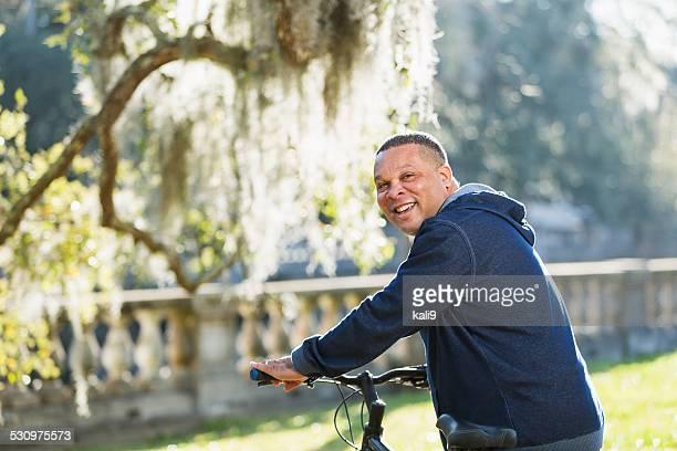 Ältere afroamerikanische Mann Reiten Fahrräder im park