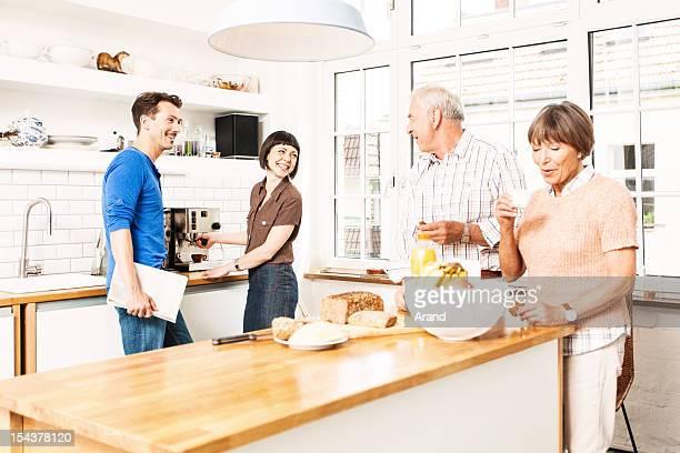 Reifer und senior Paare am Küche
