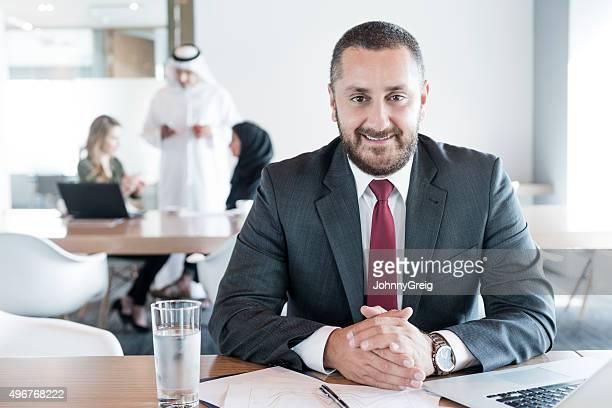 Ältere arabische Geschäftsmann am Schreibtisch in Büro, Porträt