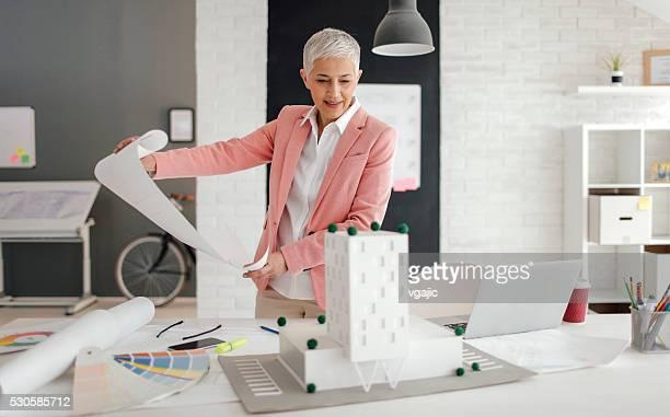 Ältere Architekten Arbeiten in Ihrem Büro.