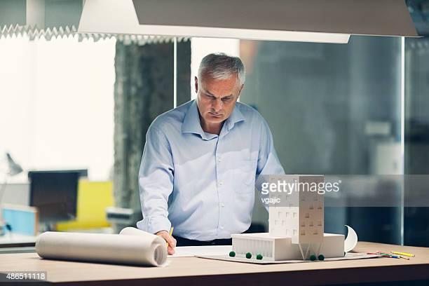 Ältere Architekt in seinem Büro arbeiten.