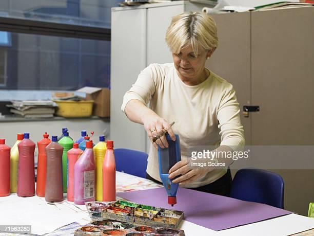 mature art student - alleen één oudere vrouw stockfoto's en -beelden
