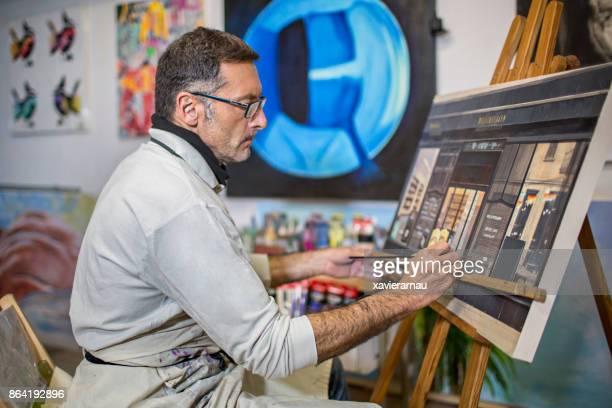 Reife Künstlerin Mann auf seinem Kunstatelier
