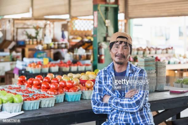 Reife asiatische Mann arbeitet Gemüsemarkt