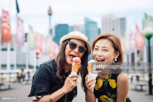 Maduras hermanas asiáticas disfrutando juntos de fin de semana