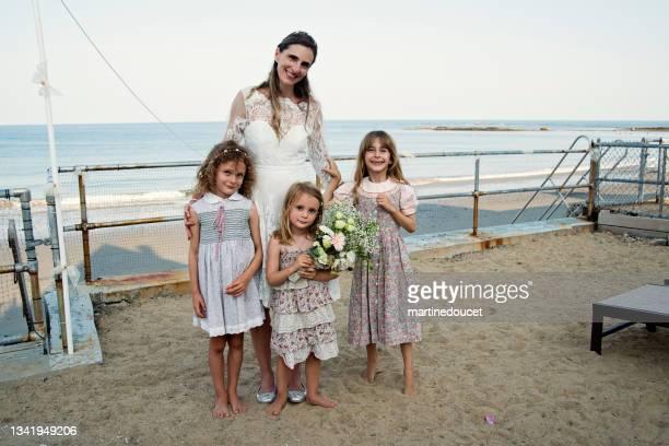 """retrato de novia madura con hijas en casa de playa. - """"martine doucet"""" or martinedoucet fotografías e imágenes de stock"""