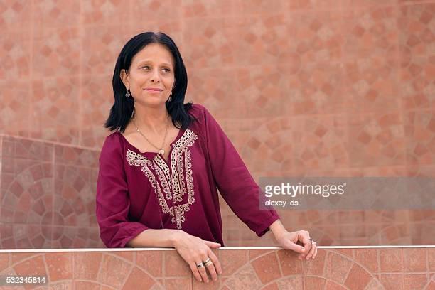 brunette femme mature en robe ethnique - femme marocaine photos et images de collection