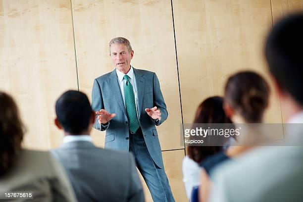 成熟したビジネスの男、彼のチームについては、セミナー