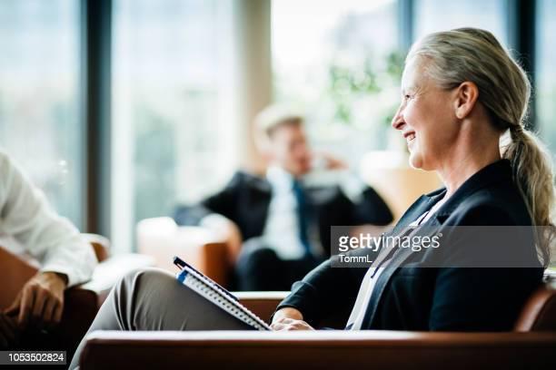 成熟したビジネス オーナー会議中に聴く - 女性管理職 ストックフォトと画像