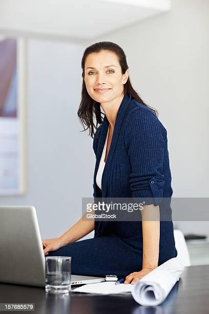 Reife Geschäftsfrau working on laptop