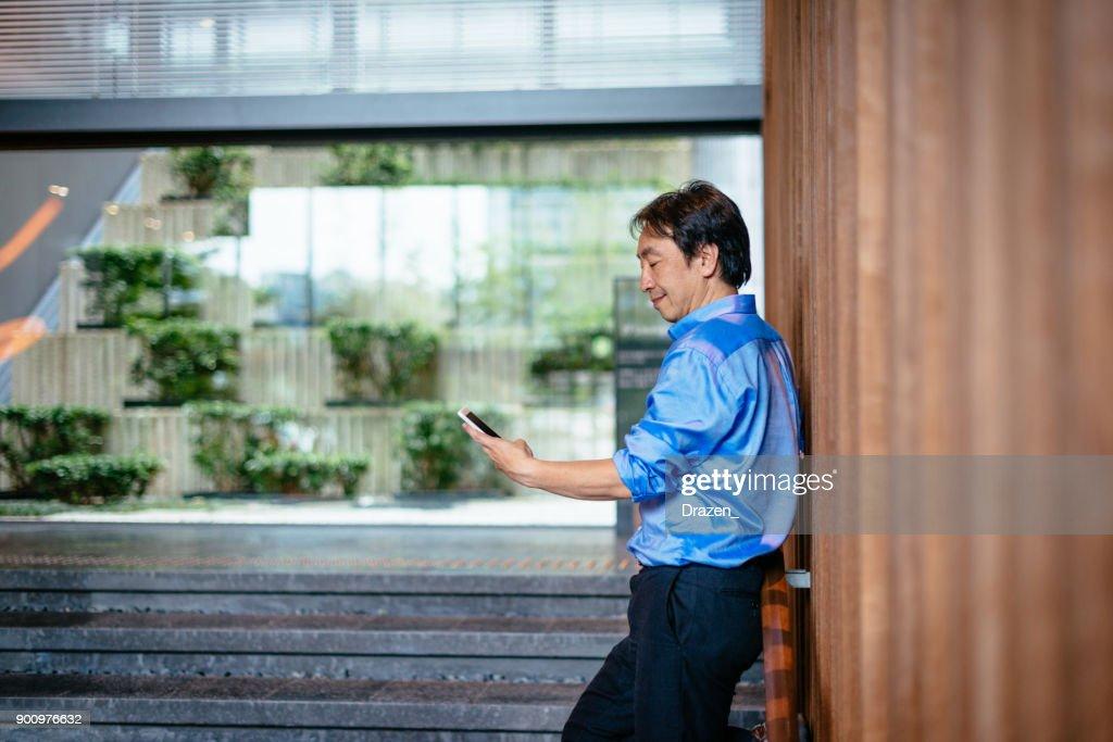 達成の結果で陽性を表現する成熟したビジネスマン : ストックフォト