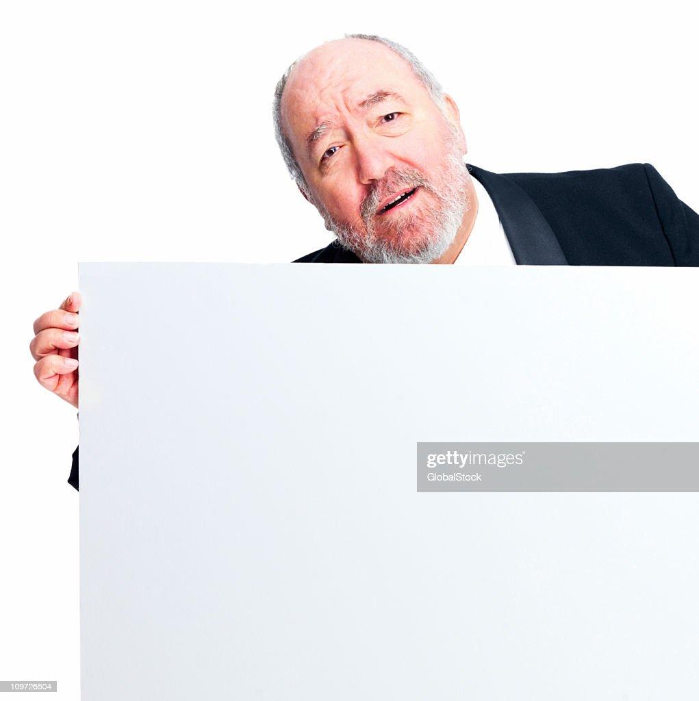 Maturo Uomo d'affari tenendo una scheda bianca : Foto stock
