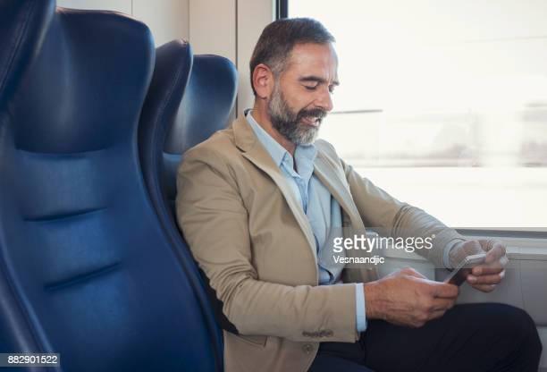 鉄道の成熟したビジネスマン - 高速列車 ストックフォトと画像