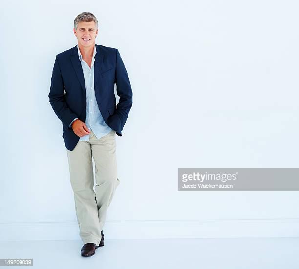 Reifer Geschäftsmann schiefen gegen Weißer Hintergrund
