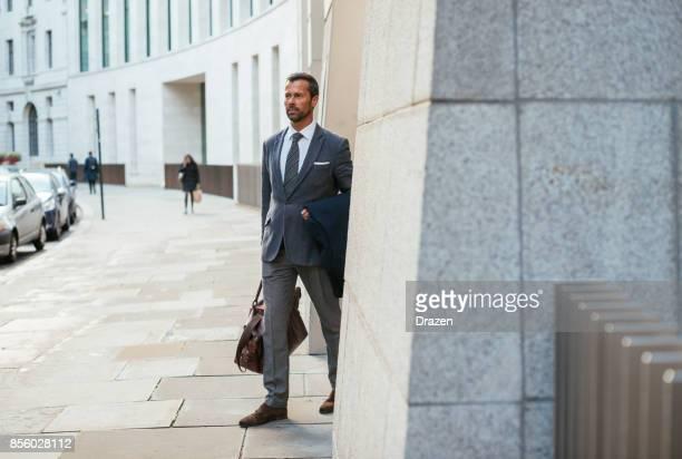 Reifer Geschäftsmann aus fünf-Sterne-Hotel mit Koffer