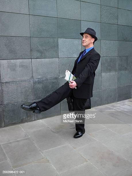 mature businessman marching along street - marchar - fotografias e filmes do acervo