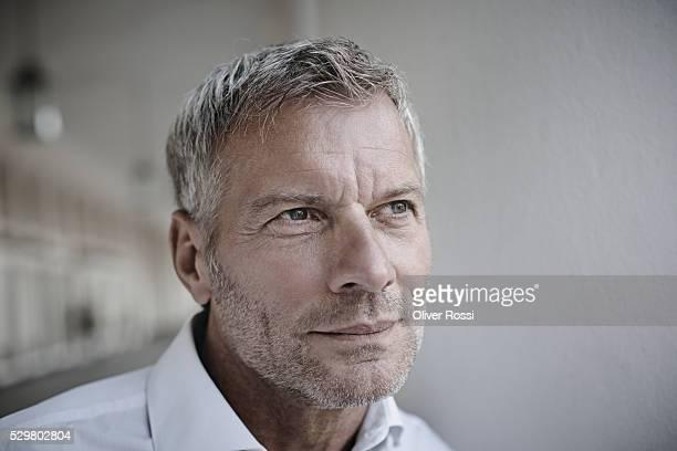 mature businessman thinking - vestimenta de negocios fotografías e imágenes de stock