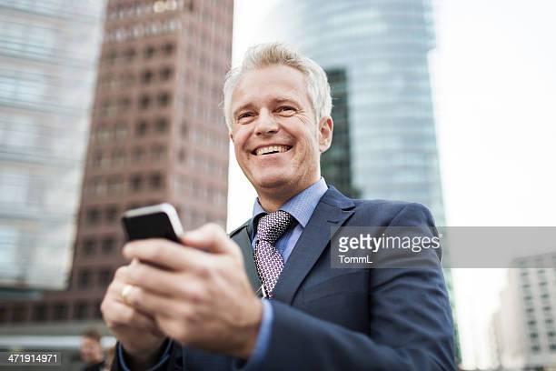 Reifer Geschäftsmann wit Smart Phone