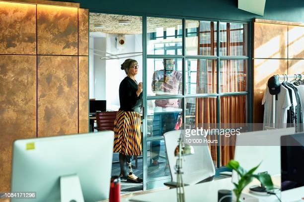 mature businesswoman brainstorming with male coworker - thinking outside the box englische redewendung stock-fotos und bilder