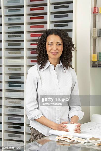 Empresaria madura de color de las muestras en compras, sonriendo, portrai