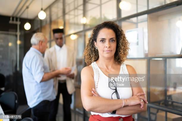 retrato maduro da mulher de negócios no escritório moderno da partida - 40 44 anos - fotografias e filmes do acervo