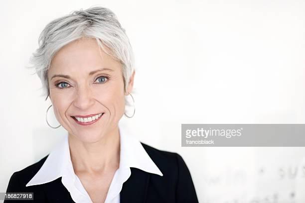 Matura donna d'affari sorridente