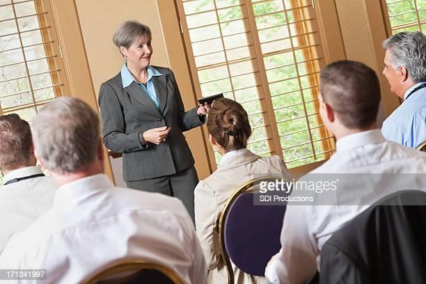 Reife Geschäftsfrau sprechen, Experten