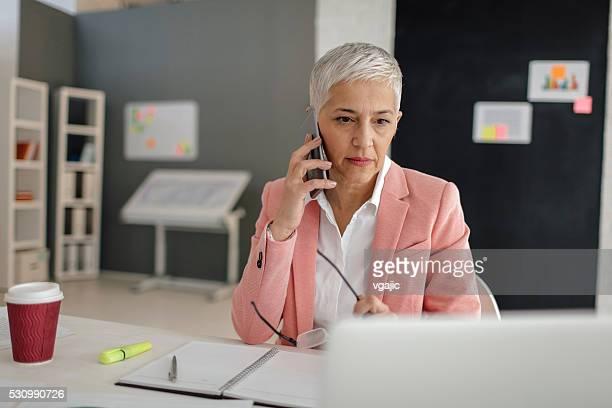 Ältere Geschäftsfrau Arbeiten In Ihrem Büro.