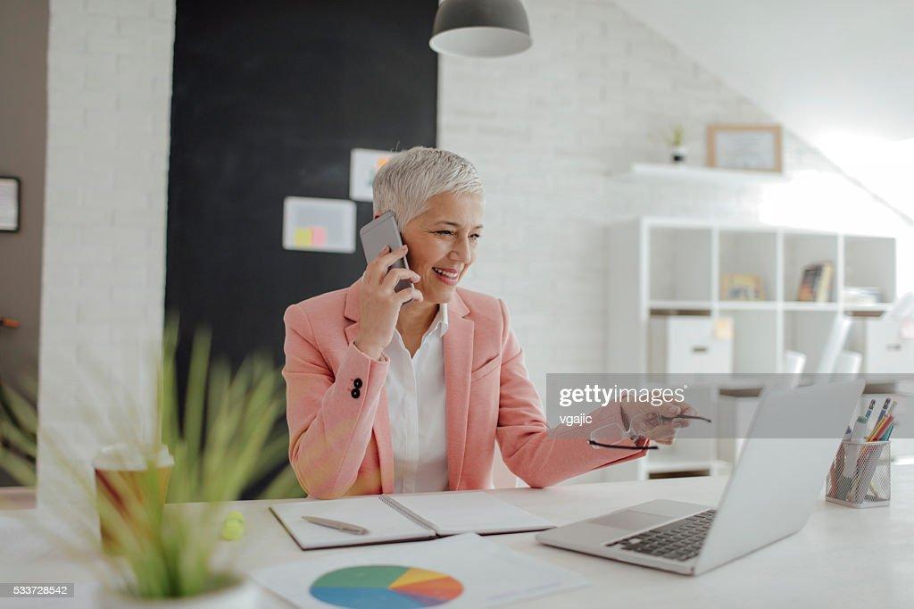 Matura donna d'affari lavorando nel suo ufficio. : Foto stock