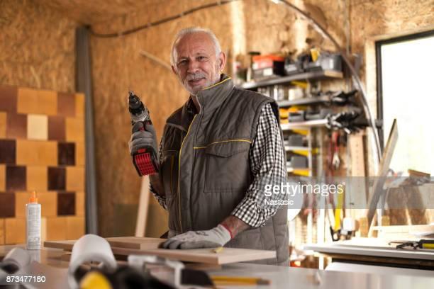 Reifen Zimmermann in Werkstatt hält der Akku-Bohrschrauber