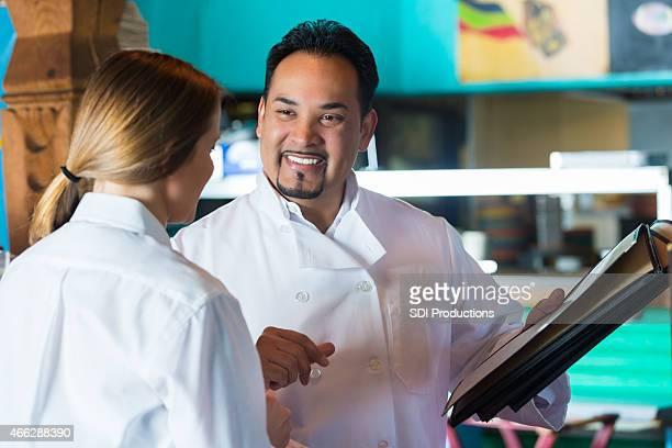 """Ältere Küchenchef im restaurant """"Tex-Mex""""-server mit Menü"""