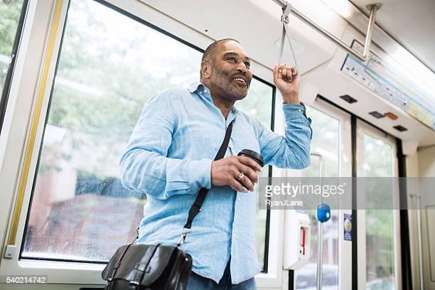 Ältere Pendler Sie mit öffentlichen Verkehrsmitteln
