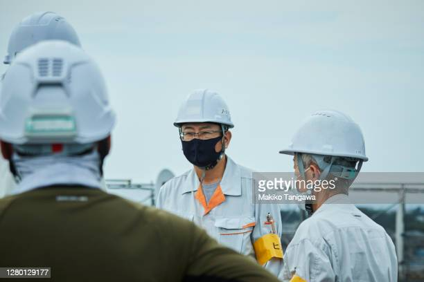 mature construction workers wearing a protective face mask because covid-19 - japan stock pictures, royalty-free photos & images