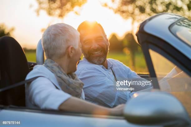Älteres Paar im Auto